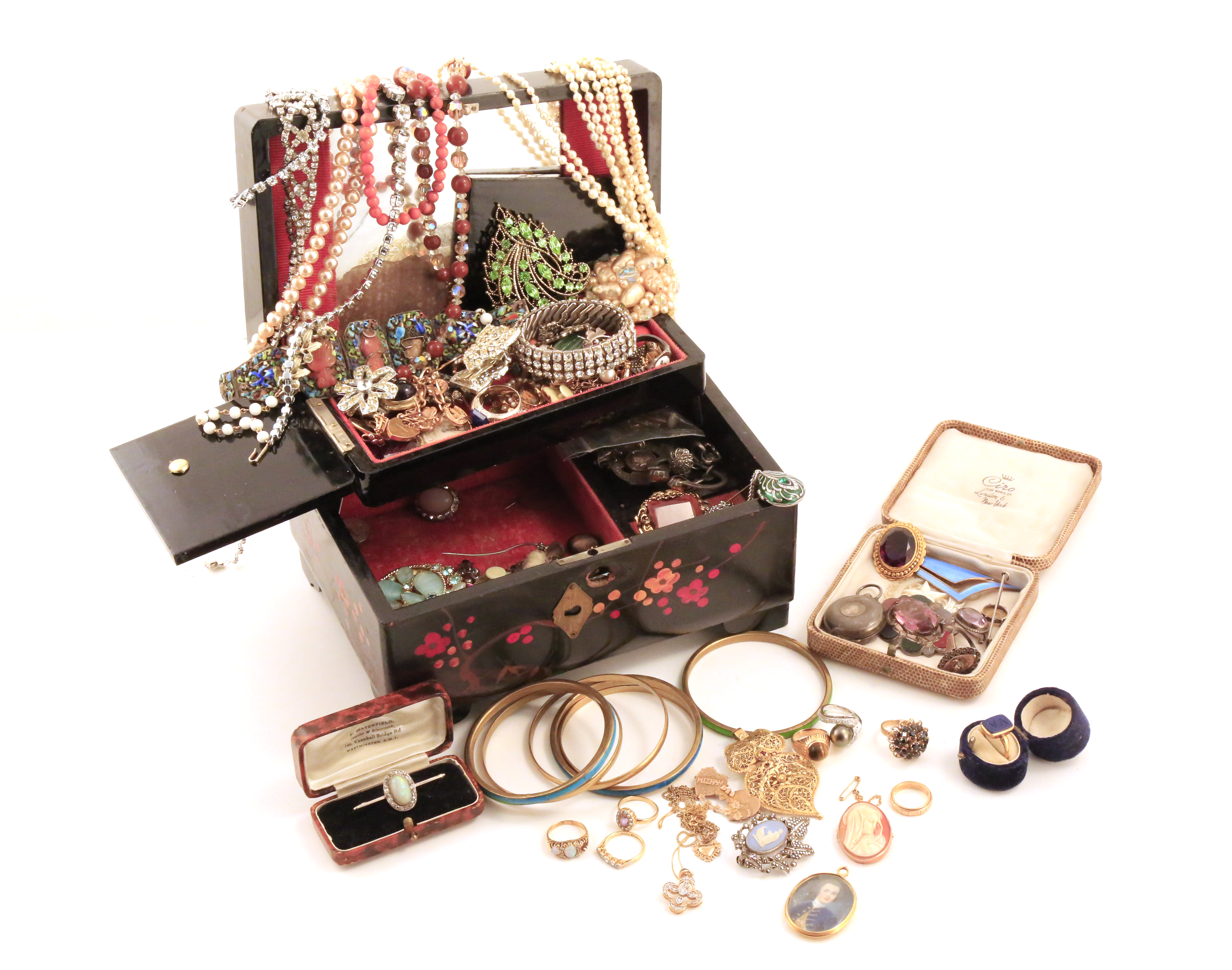 A large quantity of jewellery and costume jewellery